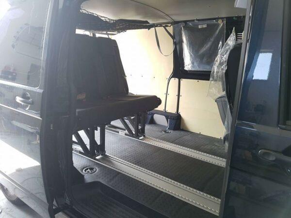 Schlafsitzbank SL3 auf Schienensystem für diverse Fahrzeuge, inkl. Eintragung, 3 x 3Punktgurten und Montage mit Bodenanpassung