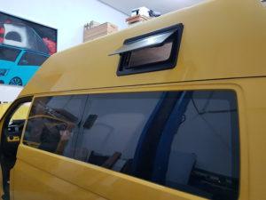 vw-t5-hochdach-austellfenster-seitz-s4-in-schwarz