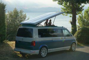 schraeg-hinten-mit-kids-b4f-stxlecamper-bus4fun-vw-t6-camper