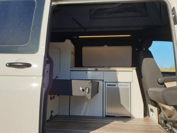 Innenausbau VW Bus mit hellen Möbel
