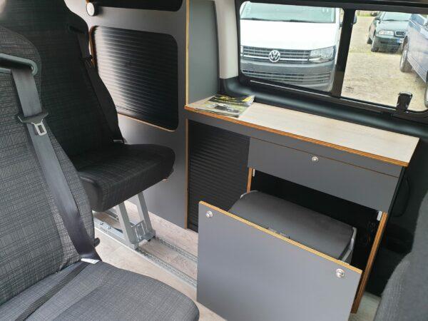 Ausziehbarer Schrank für Kühlbox im VW T5 Bus